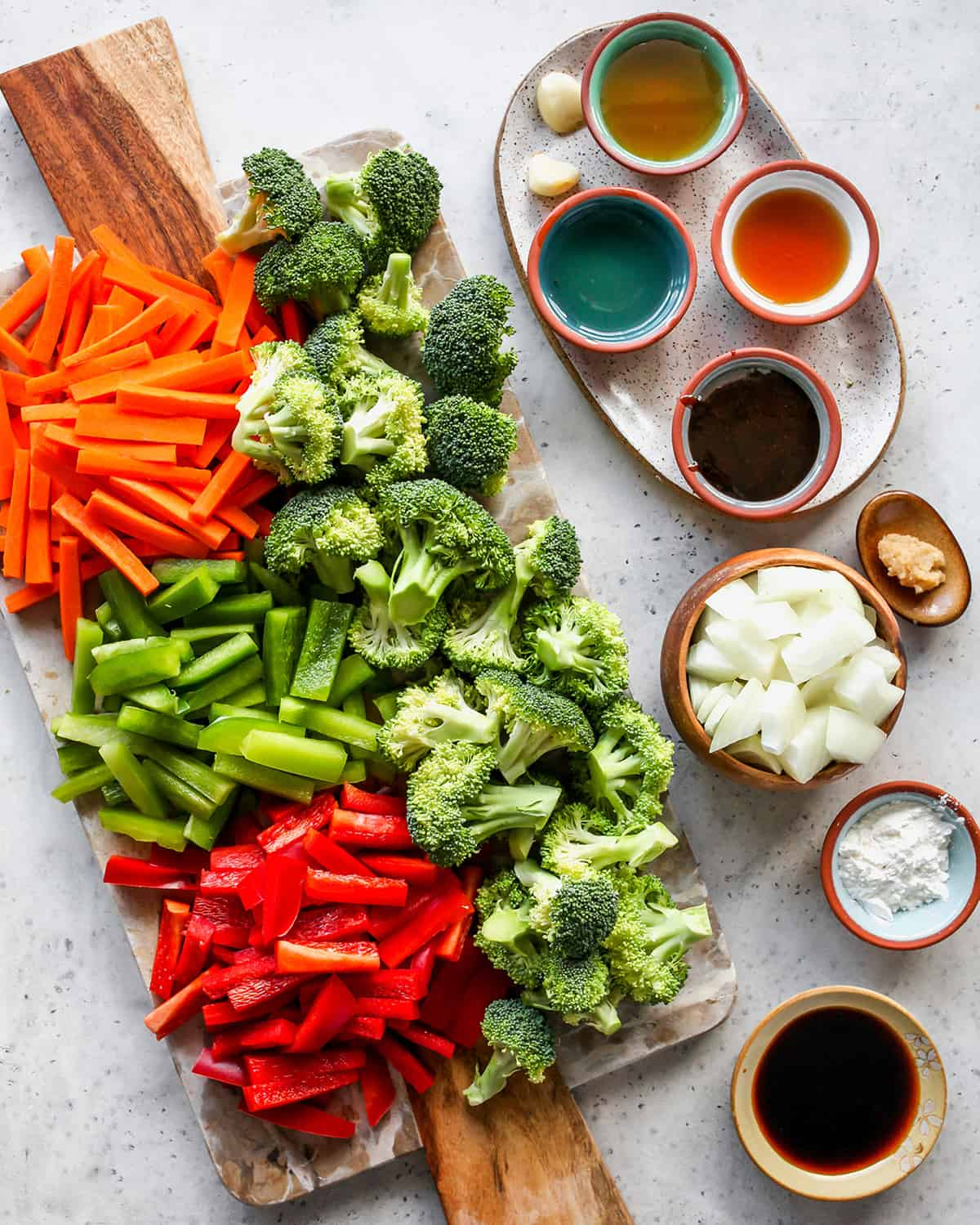 overhead photo of the ingredients in this vegetable stir fry recipe